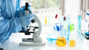 Η έρευνα επιστημόνων, αναλύει τους χημικούς τύπους, βιολογικά αποτελέσματα της δοκιμής, ο καθηγητής ανακάλυψε έναν νέο τύπο στοκ φωτογραφίες με δικαίωμα ελεύθερης χρήσης
