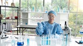 Η έρευνα επιστημόνων, αναλύει τους χημικούς τύπους, βιολογικά αποτελέσματα της δοκιμής στοκ φωτογραφίες με δικαίωμα ελεύθερης χρήσης