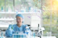 Η έρευνα επιστημόνων, αναλύει τους χημικούς τύπους, βιολογικά αποτελέσματα της δοκιμής, ο καθηγητής ανακάλυψε έναν νέο τύπο στοκ εικόνα