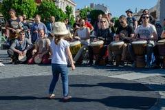 Η έρευνα μικρών κοριτσιών οικίζει το τύμπανο percusion παιχνιδιού Στοκ Εικόνα