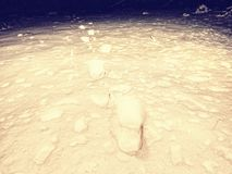 Η έρευνα του προσώπου εξαφανίστηκε στο χειμερινό τοπίο βαθύ ανθρώπινο χιόνι ιχνών Στοκ Φωτογραφίες
