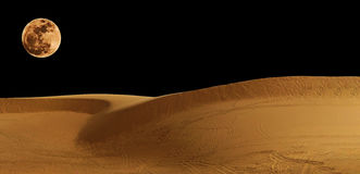 Η έρημος με το φεγγάρι Στοκ Φωτογραφίες
