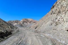 Η έρημος ο δρόμος σε έναν λόφο Στοκ Εικόνες