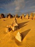 Η έρημος πυραμίδων κάτω από το φως ηλιοβασιλέματος Στοκ φωτογραφία με δικαίωμα ελεύθερης χρήσης