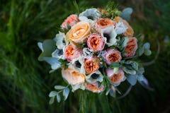 η δέσμη ανθίζει το γαμήλιο λευκό τριαντάφυλλων Στοκ Εικόνες