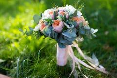η δέσμη ανθίζει το γαμήλιο λευκό τριαντάφυλλων Στοκ Φωτογραφία