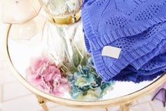Η δέσμη της όμορφης πολύβλαστης ευώδους στάσης λουλουδιών hydrangea στο διαφανές γυαλιού κάλυμμα καρό βάζων χρυσό πλέκει από το α Στοκ φωτογραφία με δικαίωμα ελεύθερης χρήσης