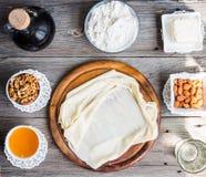 Η έτοιμη γίνοντη ζύμη φεύγει, fillo, phyllo που χρησιμοποιείται για το baklava, καρύδια Στοκ φωτογραφία με δικαίωμα ελεύθερης χρήσης