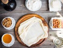 Η έτοιμη γίνοντη ζύμη φεύγει, fillo, phyllo που χρησιμοποιείται για το baklava, καρύδια Στοκ φωτογραφίες με δικαίωμα ελεύθερης χρήσης