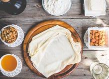 Η έτοιμη γίνοντη ζύμη φεύγει, fillo, phyllo που χρησιμοποιείται για το baklava, καρύδια Στοκ εικόνες με δικαίωμα ελεύθερης χρήσης
