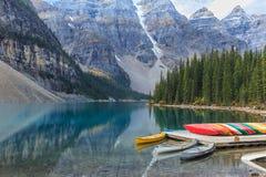 η λίμνη Αλμπέρτα banff Καναδάς τοποθετημένη το εθνικό κοντινό πάρκο moraine Στοκ Φωτογραφία