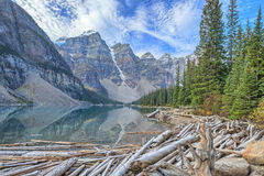 η λίμνη Αλμπέρτα banff Καναδάς τοποθετημένη το εθνικό κοντινό πάρκο moraine Στοκ εικόνα με δικαίωμα ελεύθερης χρήσης