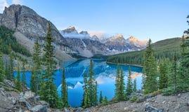 η λίμνη Αλμπέρτα banff Καναδάς τοποθετημένη το εθνικό κοντινό πάρκο moraine Στοκ εικόνες με δικαίωμα ελεύθερης χρήσης