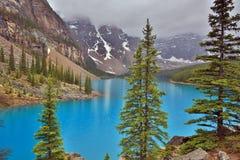 η λίμνη Αλμπέρτα banff Καναδάς τοποθετημένη το εθνικό κοντινό πάρκο moraine Στοκ Φωτογραφίες