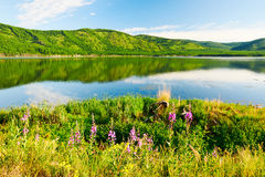 Η λίμνη και οι λόφοι Στοκ φωτογραφία με δικαίωμα ελεύθερης χρήσης