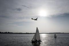 Η λίμνη και ο ήλιος ρύθμισης Στοκ Εικόνες