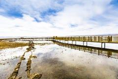Η λίμνη και το ξύλινο τρίποδο στοκ εικόνα