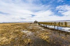 Η λίμνη και το ξύλινο τρίποδο στοκ φωτογραφία με δικαίωμα ελεύθερης χρήσης