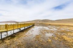 Η λίμνη και το ξύλινο τρίποδο στοκ φωτογραφία