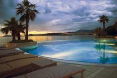 Η λίμνη ξενοδοχείων στο ηλιοβασίλεμα χώρισε πλησίον Στοκ φωτογραφία με δικαίωμα ελεύθερης χρήσης