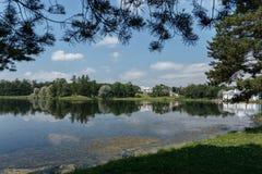 Η λίμνη στο πάρκο όμορφος ουρανός σύννεφων ανασκόπηση δροσερή Στοκ Φωτογραφίες