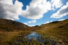 Η λίμνη, τα σύννεφα και ο ουρανός βουνών Στοκ Εικόνες