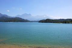 Η λίμνη φεγγαριών ήλιων είναι η μεγαλύτερη φυσική λίμνη στην Ταϊβάν καθώς επίσης και ένα τουριστικό αξιοθέατο Στοκ Φωτογραφία