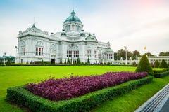Η αίθουσα θρόνων Ananta Samakhom με τον τομέα των λουλουδιών στο ταϊλανδικό βασιλικό παλάτι Dusit, Ταϊλάνδη Στοκ Εικόνα