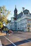 """Η αίθουσα Λ """"hotel de ville και ένας Καναδός πόλεων του Μόντρεαλ συνδέει το πέρασμα της οδού σε ένα ηλιόλουστο θερινό απόγευμα στ στοκ εικόνες"""
