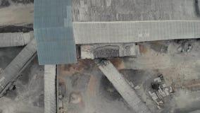 Η αίθουσα πετά στα ύψη επάνω επάνω από τον πέτρινο θραυστήρα από τον πέτρινο θραυστήρα Τοπ άποψη του πέτρινου θραυστήρα Εναέριο τ φιλμ μικρού μήκους