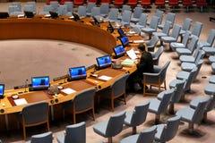 Η αίθουσα του Συμβουλίου Ασφαλείας κατά τη διάρκεια της προετοιμασίας για τη σύνοδο Βρίσκεται στο κτήριο διασκέψεων Ηνωμένων Εθνώ στοκ εικόνα με δικαίωμα ελεύθερης χρήσης