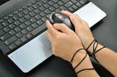 Η λαβή χεριών γυναικών και ήταν δεσμός με το ποντίκι υπολογιστών, addi Διαδικτύου Στοκ εικόνες με δικαίωμα ελεύθερης χρήσης