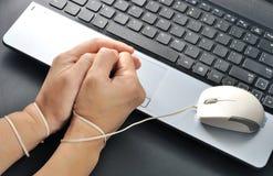 Η λαβή χεριών γυναικών και ήταν δεσμός με το ποντίκι υπολογιστών, addi Διαδικτύου Στοκ εικόνα με δικαίωμα ελεύθερης χρήσης