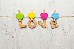 Η αγάπη λέξης φιαγμένη από ξύλινες επιστολές σε ένα άσπρο υπόβαθρο παλαιό Στοκ Εικόνες