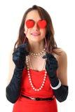 Η αγάπη είναι τυφλή, το θηλυκό κρατά δύο μικρές καρδιές Στοκ φωτογραφία με δικαίωμα ελεύθερης χρήσης
