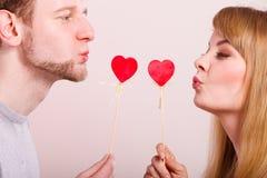 Η αγάπη καθαρίζει με το φλερτ καρδιών Στοκ φωτογραφία με δικαίωμα ελεύθερης χρήσης