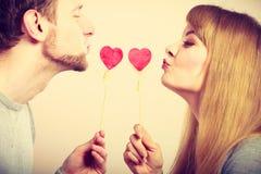Η αγάπη καθαρίζει με το φλερτ καρδιών Στοκ εικόνες με δικαίωμα ελεύθερης χρήσης