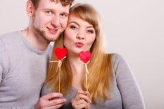 Η αγάπη καθαρίζει με το φλερτ καρδιών Στοκ εικόνα με δικαίωμα ελεύθερης χρήσης
