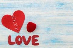 Η αγάπη και η καρδιά λέξης κόκκινες επιστολές σε ένα ξύλινο μπλε υπόβαθρο βαλεντίνος ημέρας s επάνω από την όψη στοκ εικόνες με δικαίωμα ελεύθερης χρήσης