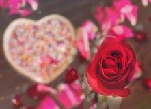 Η αγάπη και ο ρομαντικός βαλεντίνος αυξήθηκαν και το γλυκό υπόβαθρο καρδιών Στοκ εικόνα με δικαίωμα ελεύθερης χρήσης