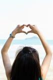 η αγάπη καρδιών χεριών κάνει το σημάδι μορφής Στοκ εικόνα με δικαίωμα ελεύθερης χρήσης