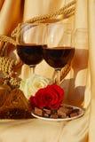 Η αγάπη, κόκκινο κρασί, αυξήθηκε και σοκολάτα Στοκ εικόνες με δικαίωμα ελεύθερης χρήσης