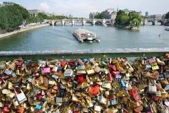 Η αγάπη κλειδώνει pont des Arts Seine τον ποταμό Παρίσι Γαλλία Στοκ Εικόνες