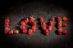 Η αγάπη λέξης είναι ευθυγραμμισμένη με τις φράουλες Στοκ εικόνες με δικαίωμα ελεύθερης χρήσης