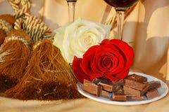 Η αγάπη, τα τριαντάφυλλα και η σοκολάτα, κλείνουν επάνω Στοκ εικόνες με δικαίωμα ελεύθερης χρήσης