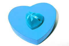 Η αγάπη δώρων με μια μπλε καρδιά είναι στο κιβώτιο με μορφή Στοκ εικόνα με δικαίωμα ελεύθερης χρήσης