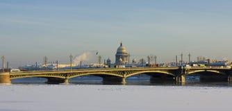 Αγία Πετρούπολη, καθεδρικός ναός του ST Isaak και γέφυρα παλατιών Στοκ εικόνες με δικαίωμα ελεύθερης χρήσης