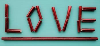 Η ΑΓΑΠΗ λέξης, που γίνεται με τα κόκκινα άχυρα Στοκ φωτογραφίες με δικαίωμα ελεύθερης χρήσης