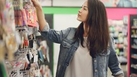 Η αγαπώντας μητέρα επιλέγει τα κεριά γενεθλίων για το κόμμα παιδιών της ` s, εξετάζει τα αγαθά που επιδεικνύονται στο κατάστημα κ φιλμ μικρού μήκους