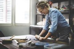 Η αγγειοπλαστική τέχνης εργασίας καλλιτεχνών χειροποίητη δημιουργεί την έννοια Στοκ φωτογραφίες με δικαίωμα ελεύθερης χρήσης